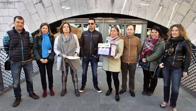 Docentes de LAB, SEPNA, UGT y ELA, los sindicatos con representación en la red concertada, entregaron ayer 2.534 firmas en Educación.