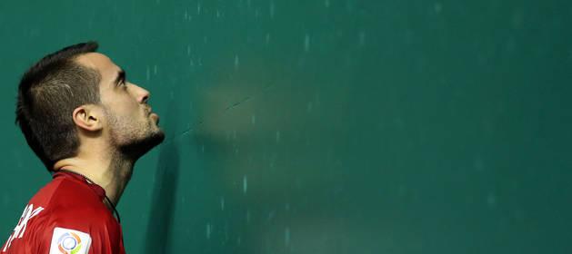 Oinatz Bengoetxea, el único navarro que estará presente en las semifinales, se lamenta en el frontis después de haber perdido un tanto en un partido anterior.