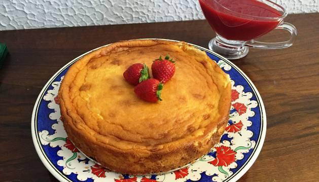 Tarta de queso con coulis de fresas