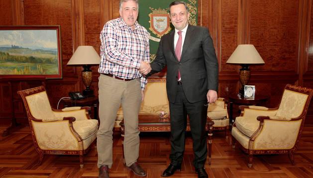 El alcalde, Joseba Asiron, con el embajador de Armenia en España, Avet Adonts.