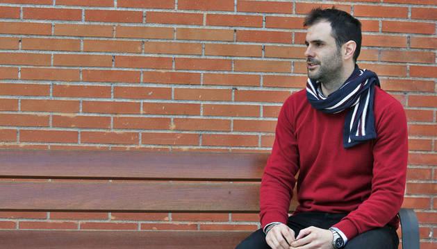 El extremo y capitán del Helvetia Anaitasuna Miguel Goñi en la plaza Félix Huarte de Pamplona.