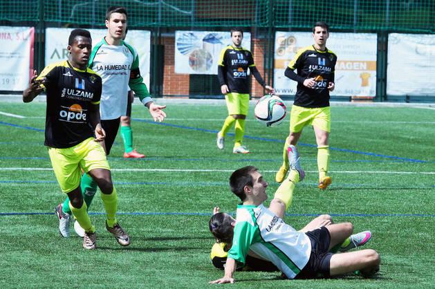Binke observa el balón mientras Rodrigo y Bermejo quedan tendidos sobre el césped.