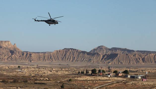 Un helicóptero sobrevuela el polígono de tiro de Bardenas Reales.