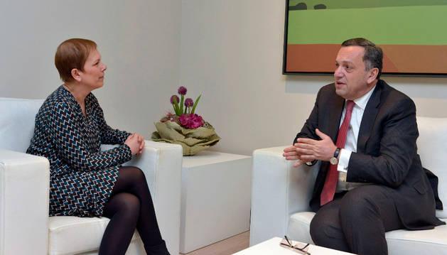 La presidenta Barkos con el embajador de Armenia.