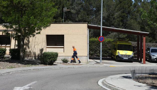 Edificio del servicio de la UVI Móvil del Reina Sofía, con la ambulancia a la dcha. de la imagen.