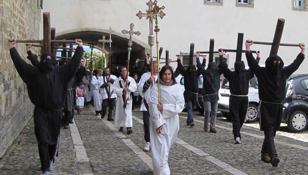 Los romeros del valle de Aezkoa accedieron a la Colegiata en torno al mediodía.