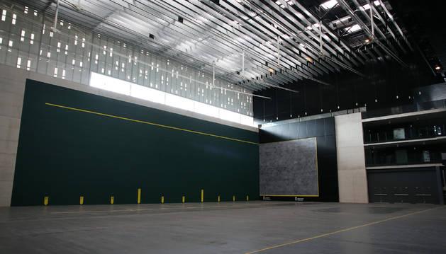 Una vista panorámica del frontón de Navarra Arena. El recinto está ya para jugar.
