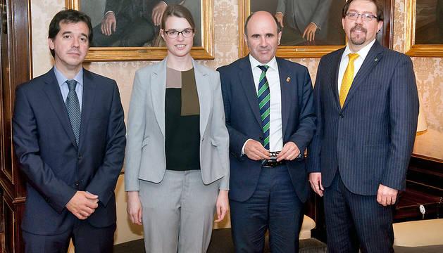 De izquierda a derecha: Mikel Irujo, delegado en Bruselas; Nadia Rego, agregada comercial; ManuAyerdi; y Deric Dubien, consejero comercial.