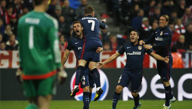 Gabi celebra el gol de Griezmann.