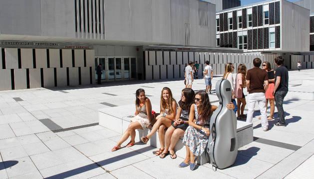 Varios alumnos del Conservatorio Superior, en la explanada de la Ciudad de la Música.