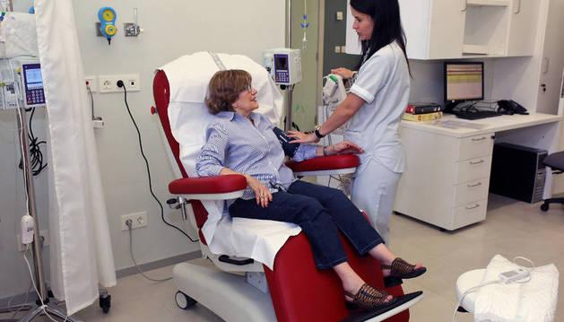 Una paciente recibe el tratamiento en el nuevo Hospital de Día de Oncología.