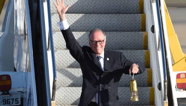 El presidente del Comité Olímpico Brasileño, Carlos Arthur Nusmann, porta la antorcha olímpica.