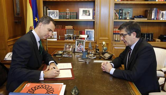 El Rey firma el decreto de convocatoria de elecciones para el 26 de junio