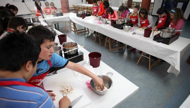 Varios alumnos de la Ikastola Argia, durante el desarrollo del taller de cocina celebrado ayer.