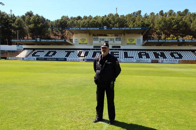 Joaquín Palma, coordinador de seguridad para el CD Tudelano, sobre el césped del Ciudad de Tudela.