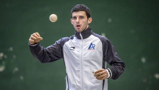 Jokin Altuna trabaja con una pelota en el JayanJai de Lekunberri en un entrenamiento.