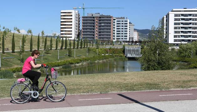 Un ciclista circula por la carril bici del barrio de Ripagaina.