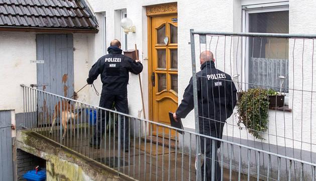 Dos policías, junto a la casa de los detenidos en Hoexter.