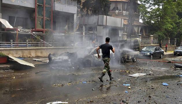 Un soldado sirio tras los ataques con cohetes en un distrito residencial de Alepo.