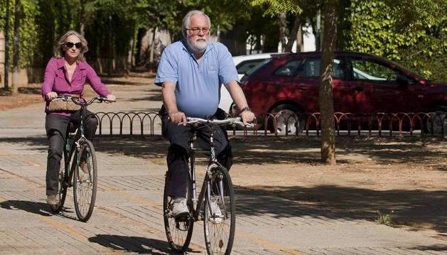 Miguel Arias Cañete, montando en bicicleta junto a su esposa, Micaela Domecq.