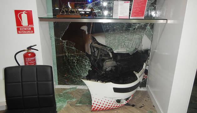 El vehículo ha roto completamente el escaparate del establecimiento.