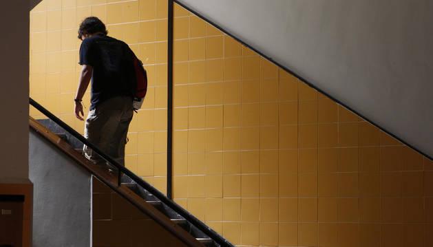 Un alumno del Instituto Plaza de la Cruz se dirige a un examen en la recuperación de septiembre.