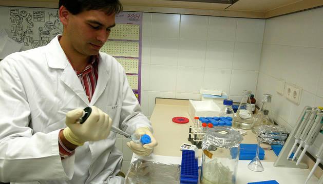 Un investigador de bioquímica sobre el cáncer de pulmón.