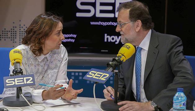 Mariano Rajoy, junto a la periodista Pepa Bueno.