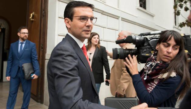 El socialita Francisco Cuenca llega al Ayuntamiento de Granada antes de ser elegido nuevo alcalde.
