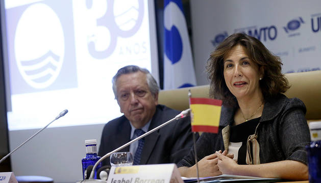 La secretaria de Estado de Turismo, Isabel Borrego, junto al presidente de la Asociación de Educación Ambiental y del Consumidor (Adeac), José Ramón Sánchez.