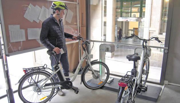 Una de las bases de bicicletas eléctricas, en la parte trasera del consistorio.