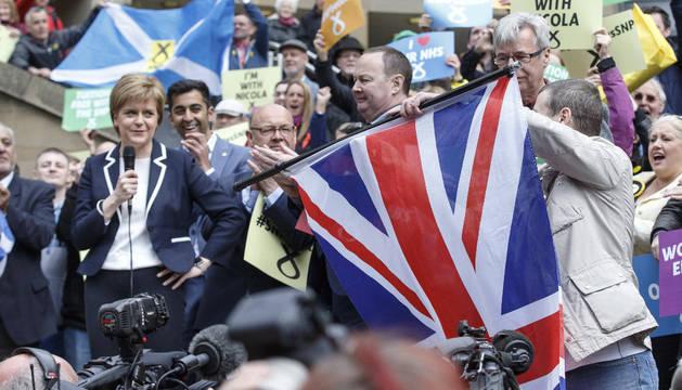 La líder del SNP y actual primera ministra escocesa, Nicola Sturgeon, ofrece un discurso durante su campaña electoral en Glasgow.