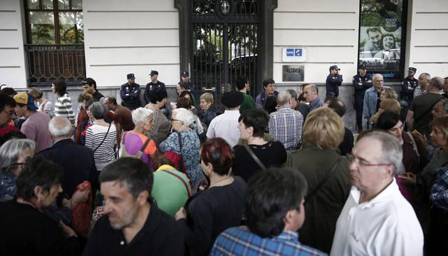 Cientos de personas se concentran frente a la sede de UPN en protesta por el cese de las emisiones de EiTB en Navarra.