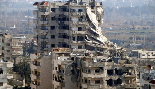 Vista de edificios dañados en Homs.