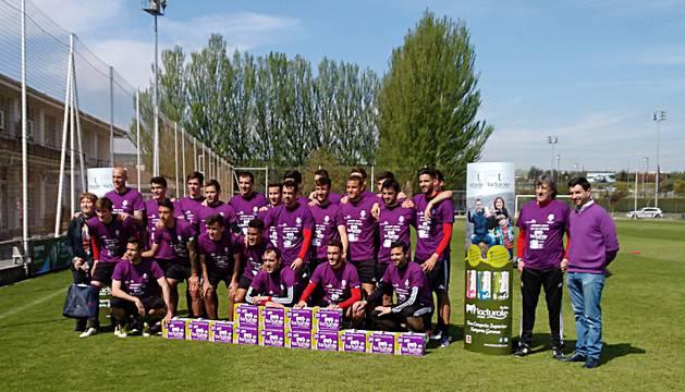 Los jugadores de Osasuna, con las camisetas moradas.