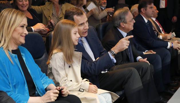 El rey Felipe VI, acompañado de su hija, la infanta Sofía, y la presidenta de la Comunidad de Madrid, Cristina Cifuentes, presencia el partido Real Madrid y Manchester City.