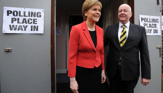Nicola Sturgeon y su marido, Peter Murrell, en Glasgow.