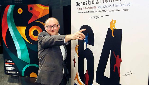 Jose Luis Rebordinos muestra el cartel oficial del 64 Zinemaldia.