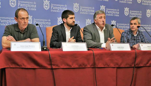 Munárriz (izda.), junto con el edil Aritz Romeo, el alcalde, Joseba Asiron, y el director de Seguridad Ciudadana, Xabier Ibáñez.