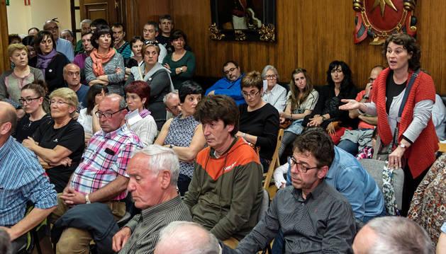 Una de las intervenciones de padres afectados por la subida que expresaron sus quejas en el pleno.
