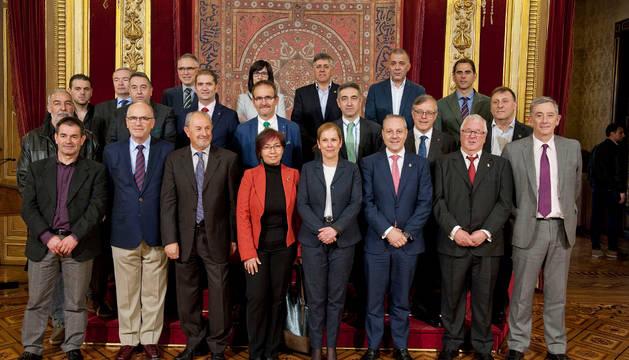 La presidenta Barkos, junto a los representantes de los equipos.