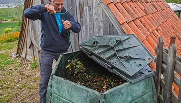Un voluntario de los que participan en la campaña de compostaje doméstico impulsada por la Mancomunidad de Pamplona.