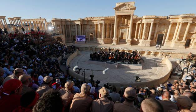 La Orquesta del Teatro Mariinsky de Rusia, durante un concierto en el anfiteatro de Palmira (Siria).