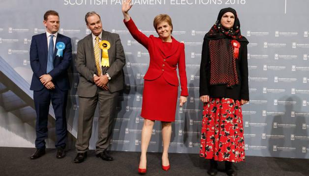 La líder del Partido Nacional Escocés, Nicola Sturgeon, saluda tras ser reelegida para servir en el área de Glasgow Southside.