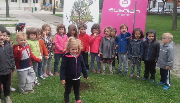 Niños del CP Ezkaba de Ansoáin, junto al olivo que han plantado.