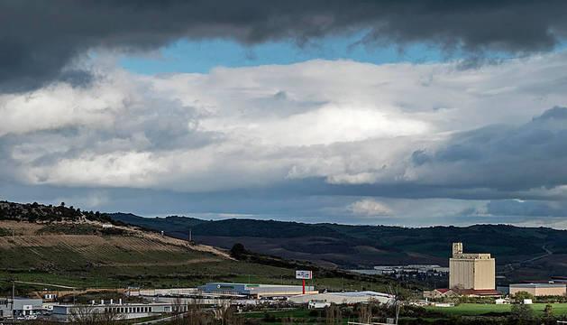 Nubes sobre el polígono industrial de Merkatondoa en Estella.