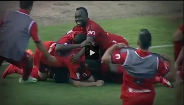Los jugadores de Osasuna celebran el decisivo gol de Javier Flaño.