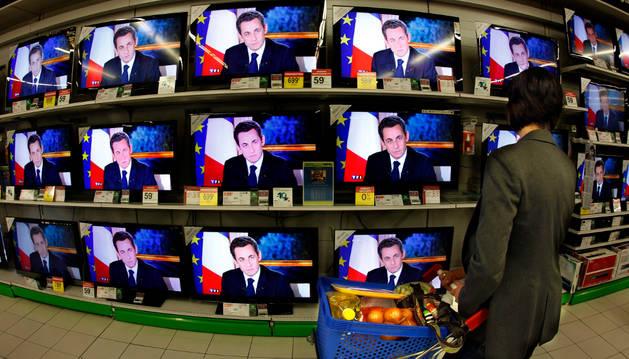 Pantalla de televisión en una tienda.