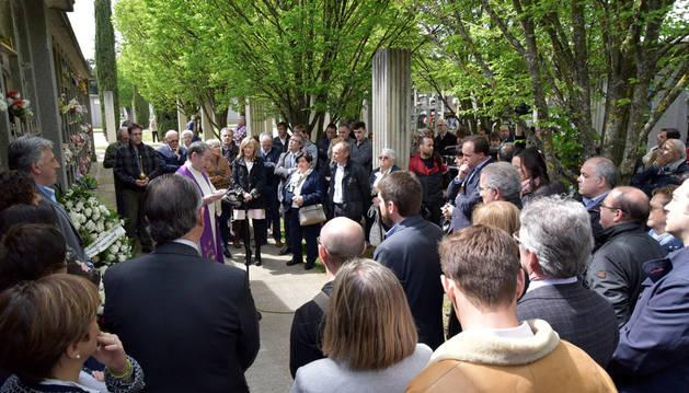 Las autoridades acompañan a la familia en el homenaje a Caballero