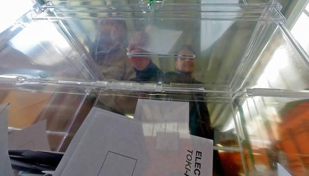 Una urna de las elecciones de mayo de 2015.
